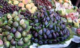 Fikonträdet bär frukt på marknaden royaltyfri fotografi