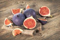 Fikonträdet bär frukt på träbakgrund fotografering för bildbyråer