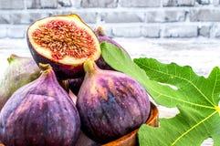 Fikonträdfrukt med sidor royaltyfri fotografi