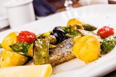 Filé av den Dorado fisken som bakas med grönsaker fotografering för bildbyråer