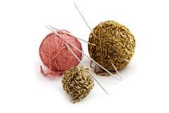 Filé avec le pointeau de tricotage Photo libre de droits