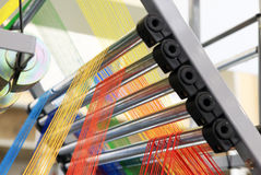 Filés multicolores dans la machine de textile images stock
