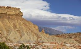 Filón del capitolio, Utah central, los E.E.U.U. Vista panorámica al valle y a las montañas con las nubes hermosas en cielo azul foto de archivo
