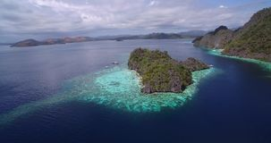 Filón y Coral Garden de Malwawey en Coron, Palawan, Filipinas Naturaleza hermosa con los arrecifes de coral y mar en fondo Sights almacen de metraje de vídeo