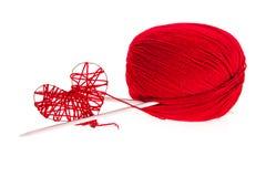 Fil à tricoter avec des pointeaux et un coeur Photos libres de droits