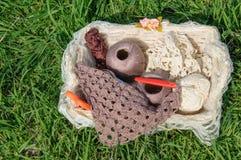 Fil à tricoter dans le panier sur l'herbe verte Photos stock
