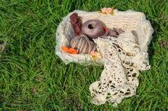 Fil à tricoter dans le panier sur l'herbe verte Image stock