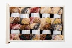 Fil à tricoter dans le tiroir Photos stock