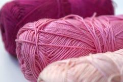 Fil à tricoter de coton rose dans des boucles Photo libre de droits