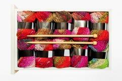 Fil à tricoter et aiguilles Image stock