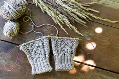 Fil à tricoter et aiguilles Photos stock