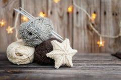 Fil à tricoter et aiguilles sur le fond en bois Images libres de droits