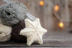 Fil à tricoter et aiguilles sur le fond en bois Image stock
