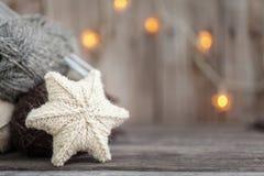 Fil à tricoter et aiguilles sur le fond en bois Photographie stock