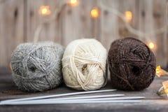 Fil à tricoter et aiguilles sur le fond en bois Photo libre de droits