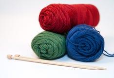 Fil à tricoter et pointeaux Photographie stock libre de droits