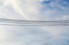 Fil électrique et beau ciel Image libre de droits