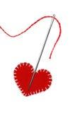 Fil, aiguille rouge et coeur d'isolement sur le blanc Images libres de droits