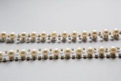 Fil blanc cousu avec des perles Photographie stock libre de droits
