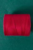Fil blanc d'isolement sur le fond blanc Corde, laine, objet fait main fait maison de tricotage Image stock