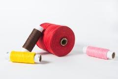 Fil blanc d'isolement sur le fond blanc Corde, laine, objet fait main fait maison de tricotage Image libre de droits