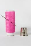 Fil blanc d'isolement sur le fond blanc Corde, laine, objet fait main fait maison de tricotage Images stock