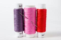 Fil blanc d'isolement sur le fond blanc Corde, laine, objet fait main fait maison de tricotage Photos stock