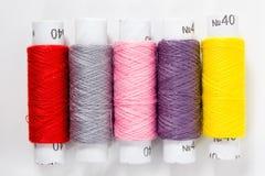 Fil blanc d'isolement sur le fond blanc Corde, laine, objet fait main fait maison de tricotage Photos libres de droits