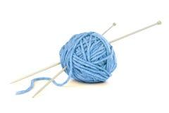 Fil bleu avec des aiguilles de tricotage Photos libres de droits