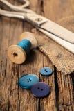 Fil bleu avec des boutons et des ciseaux Photos libres de droits