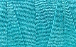 Fil bleu bobiné sur une bobine Images libres de droits