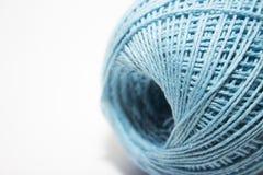 Fil bleu pour tricoter sur le fond blanc Photographie stock libre de droits
