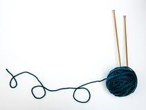 Fil bleu-vert avec des aiguilles de tricotage photographie stock