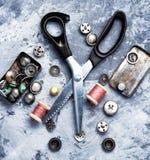 Fil, boutons et ciseaux de couture Images stock