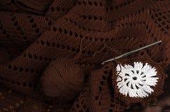 Fil brun de crochet photos stock