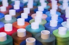 Fil coloré dans des bobines pour la couture Image stock