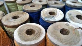 Fil coloré dans la bobine en bois Photos libres de droits