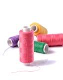 Fil coloré de bobine sur le fond blanc Photographie stock