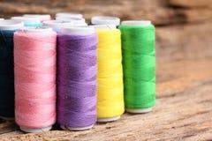 Fil coloré de bobines Image stock