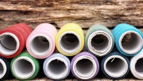 Fil coloré de bobines Photos libres de droits