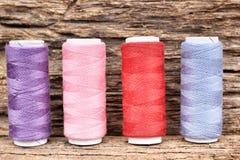 Fil coloré de bobines Photo stock