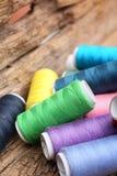 Fil coloré de bobines Photos stock
