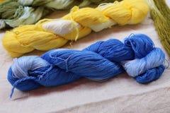Fil coloré de coton dans le panier Photo libre de droits