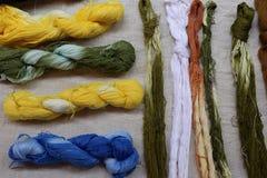 Fil coloré de coton dans le panier Photo stock