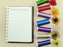 fil coloré de couture avec le fond de carnet de copie de l'espace Photo stock