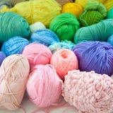 Fil coloré des tonalités iridescentes Fils de laine Images libres de droits