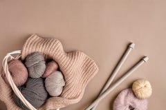 Fil coloré différent dans le panier avec des aiguilles de tricotage Vue supérieure images libres de droits