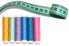 Fil coloré et ruban métrique sur le blanc Photographie stock libre de droits