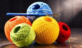 Fil coloré pour faire du crochet et crochet sur la table en bois Photo stock