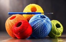 Fil coloré pour faire du crochet et crochet sur la table en bois Photographie stock